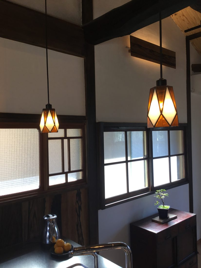 壁に使用した建具とおそろいの間接照明