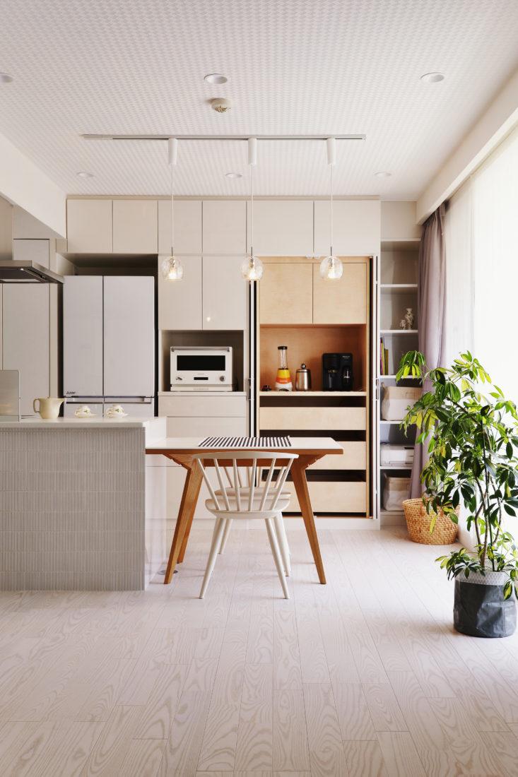 オーダー家具の採用や収納の増設で余計なモノを出さない暮らしに